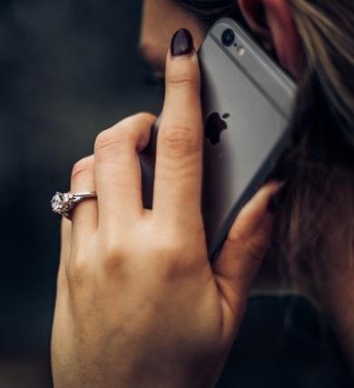 Mujer llamando a electricista